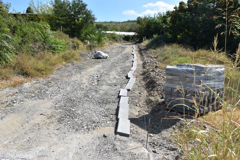 Koмунална изградба / Поплочување на патот до црквата во село Возарци
