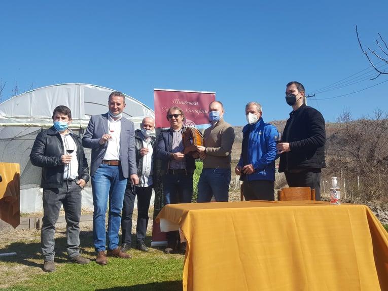 (Видео) Петре Пешков и Блаже Стојановски добија средства за набавка на опрема за семејни винарии